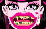Монстр Хай лечить зубы